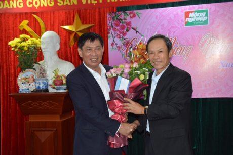 Ông Trần Ngọc Thuận - Bí thư Đảng ủy, Chủ tịch HĐQT VRG tặng hoa cho ông Nguyễn Ngọc Thạch