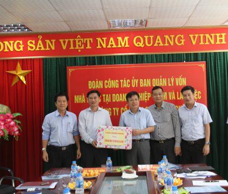 Đoàn công tác tặng quà cho Công ty Cổ phần cao su Lai Châu II
