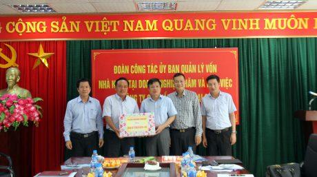 Đoàn công tác tặng quà cho Công ty Dầu Tiếng Lai Châu.