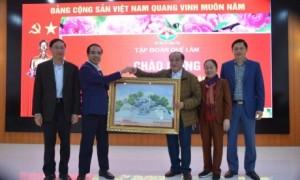 Đồng chí Chẩu Văn Lâm - UV TƯ Đảng, Bí thư Tỉnh ủy Tuyên Quang tặng quà lưu niệm cho Tập đoàn Quế Lâm. Ảnh: Hoàng Anh.