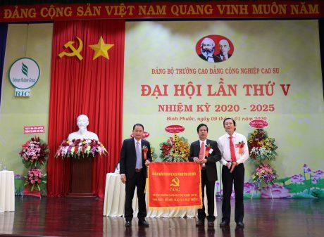 đồng chí Nguyễn Phúc Hậu - tỉnh ủy viên, Bí thư Đảng ủy khối các Cơ quan và Doanh nghiệp tỉnh Bình Phước tặng bức trướng cho Đảng bộ Trường
