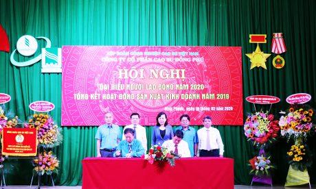 Ông Hồ Cường – TGĐ và Ông Đặng Văn Lệ - Chủ tịch Công đoàn Cao su Đồng Phú ký kết thỏa ước lao động tập thể