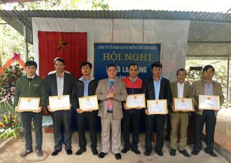 Ông Nguyễn Công Tám, Tổng Giám đốc Công ty Cổ phần Cao su Mường Nhé – Điện Biên trao Giấy khen cho những tập thể, cá nhân đạt thành tích xuất sắc trong thực hiện nhiệm vụ.