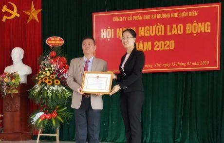 Bà Pờ Diệu Ninh, Phó Chủ tịch UBND huyện Mường Nhé tặng Giấy khen của UBND huyện cho 1 tập thể, 5 cá nhân vì đã có thành tích hoàn thành xuất sắc nhiệm vụ trong sản xuất kinh doanh năm 2019.