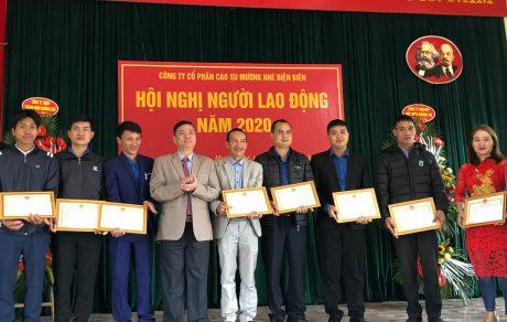 Ông Nguyễn Công Tám, Tổng Giám đốc Công ty Cổ phần Cao su Mường Nhé – Điện Biên trao Giấy khen của Công ty cho các tập thể và cá nhân có thành tích xuất sắc nhiệm vụ trong năm 2019.
