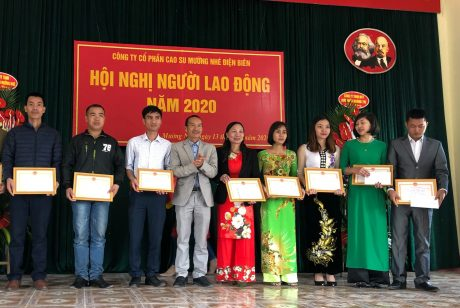 Ông Bùi Đức Dương, Chủ tịch Công đoàn cơ sở Công ty Cổ phần Cao su Mường Nhé – Điện Biên trao Giấy khen của Công đoàn cơ sở cho người lao động hoàn thành xuất sắc nhiệm vụ năm 2019.