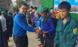 Đ/c Lê Anh Dũng - Phó Bí thư ĐTN VRG trao quà cho hộ gia đình có hoàn cảnh đặc biệt khó khăn tại xã Cốc Rế (huyện Xín Mần)