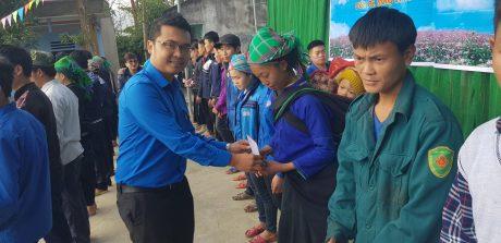 Đ/c Lê Anh Dũng trao quà tại Hà Giang