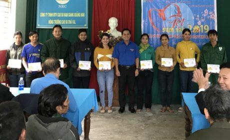 Đ/c Thái Bảo Tri - UV BCH TW Đoàn, Bí thứ ĐTN VRG tặng quà cho thanh niên công nhân Cao su Quảng Nam