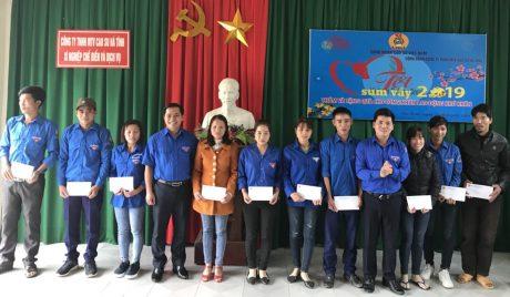 Đ/c Thái Bảo Tri - UV BCH TW Đoàn, Bí thứ ĐTN VRG tặng quà cho thanh niên công nhân Cao su