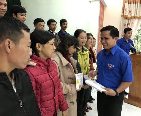 Đ/c Thái Bảo Tri - UV BCH TW Đoàn, Bí thứ ĐTN VRG tặng quà cho thanh niên công nhân Cao su Thanh Hóa