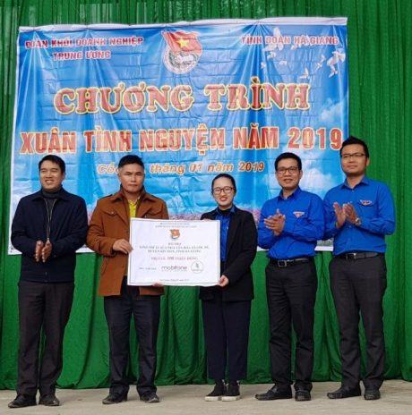 Đ/c Lê Anh Dũng - Phó Bí thư ĐTN VRG trao công trình nhà văn hóa xã Cốc Rế, huyện Xín Mần, tỉnh Hà Giang