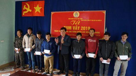 Đ/c Lê Văn Thắng - Phó Bí thư ĐTN VRG trao quà cho thanh niên công nhân Cao su Lai Châu