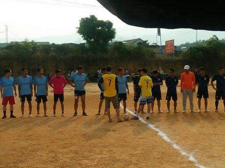Trọng tài làm thủ tục để trận đấu bắt đầu