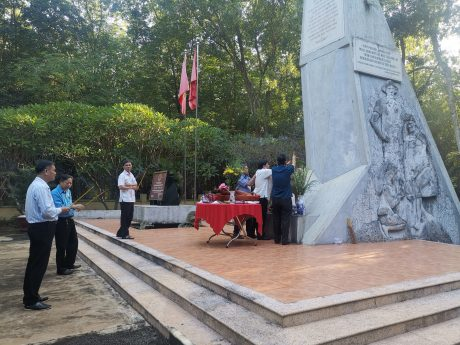 Các đồng chí lãnh đạo dâng hương tại Khu Di tích lịch sử Văn hóa Phú Riềng Đỏ