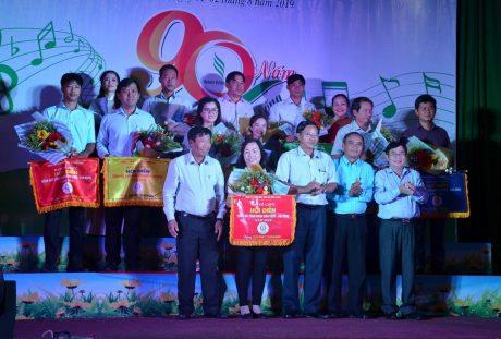 Ông Lê Văn Vui - TGĐ công ty trao giải toàn đoàn cho các đơn vị.