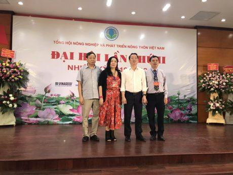 Ủy ban kiểm tra ra mắt Đại hội. Bà Hồ Thị Tú Anh -NguyênTổng biên tập Tạp chí Cao su VN (thứ hai từ trái sang) được bầu vào Ủy viên Ban chấp hành và Ủy ban Kiểm tra.