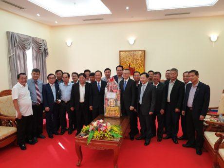 Đoàn công tác tặng quà, chúc Tết Đại sứ quán.