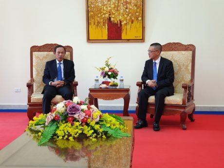 Đại sứ Vũ Quang Minh (phải) tiếp đoàn.