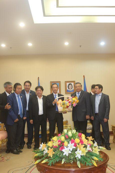 Đoàn công tác tặng quà cho Phó Thủ tướng Campuchia