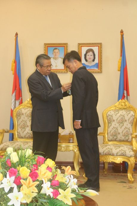 Ngài Yim Chhayly trao huân chương cao quý của Nhà nước Campuchia cho CBCNV VRG.