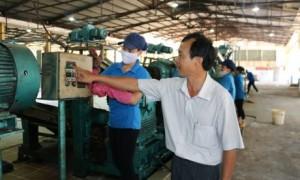 Ông Hứa Minh Tuấn hướng dẫn công nhân tại Xí nghiệp Chế biến Thuận Phú.