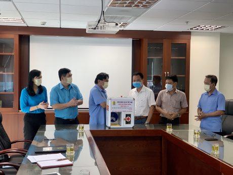 Cũng trong sáng 27/4, Trường CĐCN Cao su đã đến Công đoàn CSVN tặng công trình ý nghĩa này