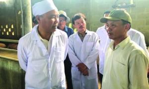 Thứ trưởng Bộ NN & PTNT Phùng Đức Tiến và đoàn công tác khảo sát mô hình chăn nuôi hữu cơ của Tập đoàn Quế Lâm.