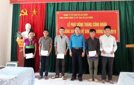 Ông Lò Văn Thương – Phó Bí thư Đảng ủy, Phó Tổng Giám đốc Công ty, Chủ tịch Công Đoàn Công ty Cổ phần cao su Lai Châu trao quà cho cho công nhân có hoàn cảnh khó khăn