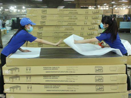 Đóng gói sản phẩm xuất khẩu tại Công ty CP Chế biến gỗ Thuận An. Ảnh: Phan Thắng