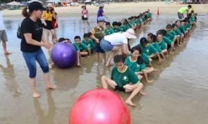 Các trại sinh tham gia trò chơi vận động.
