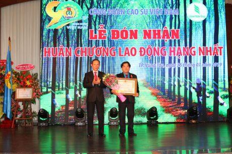 Ông Phan Mạnh Hùng - Uỷ viên BCH Tổng LĐLĐ VN, Chủ tịch Công đoàn CSVN nhận Huân chương LĐ hạng nhất