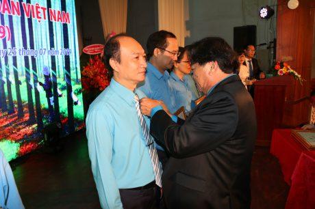Ông Phan Mạnh Hùng trao Kỷ niệm chương của Công đoàn CSVN cho các cá nhân