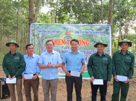 Ông Phan Văn Lợi – TGĐ Công ty CPCS Điện Biên trao thưởng cho các tập thể, cá nhân đạt thành tích xuất sắc trong phong trào thi đua nước rút 3 tháng cuối năm 2019.