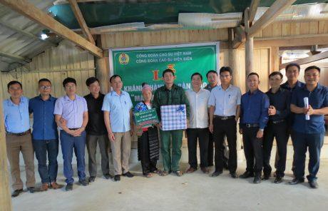 Đại diện lãnh đạo Công ty CPCS Điện Biên, Công đoàn Cao su Việt Nam trao quà, tiền hỗ trợ cho gia đình anh Vừ A Cú, công nhân đội Thanh Nưa 1, Nông trường Cao su Điện Biên.