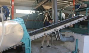 Cán bộ kỹ thuật công ty đang lắp ráp tại Nhà máy Cao su Sơn La 28/10. Ảnh: Quốc An.