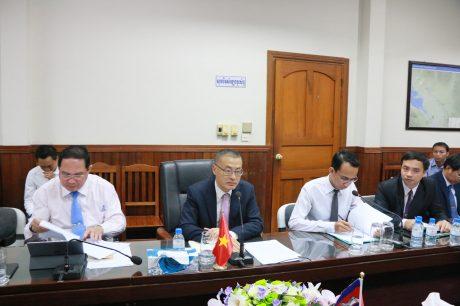 Đại sứ Vũ Quang Minh (giữa) trình bày kiến nghị với lãnh đạo tỉnh