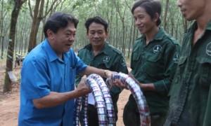 Chủ tịch CĐ CSVN Phan Mạnh Hùng tặng quà cho CN của TCT Cao su Đồng Nai trong phong trào thi đua nước rút. Ảnh: Bảo Khánh.