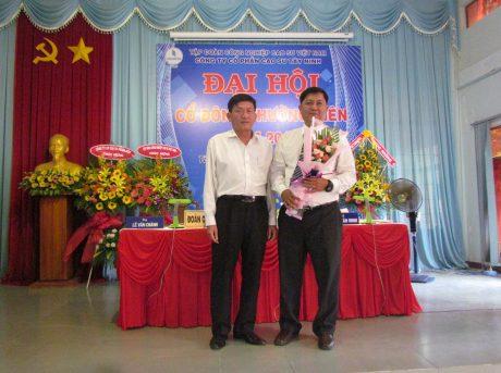 Ông Lê Văn Chành (bên trái) - TGĐ Cao su Tây Ninh tặng hoa chúc mừng ông Phạm Thanh Hòa trúng cử chức danh Chủ tịch HĐQT công ty.