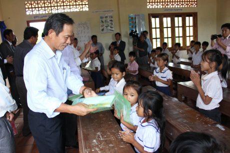 Chủ tịch HĐQT VRG Trần Ngọc Thuận tặng quà cho các em học sinh Campuchia