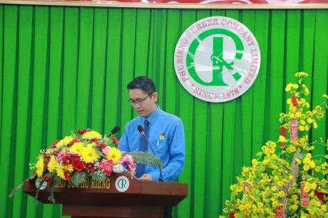 Ông Phạm Quốc Huy - Phó Chủ tịch Công đoàn Cao su Phú Riềng báo cáo sơ kết phong trào CNVC LĐ và hoạt động Công đoàn 6 tháng đầu năm, phương hướng nhiệm vụ 6 tháng cuối năm 2019