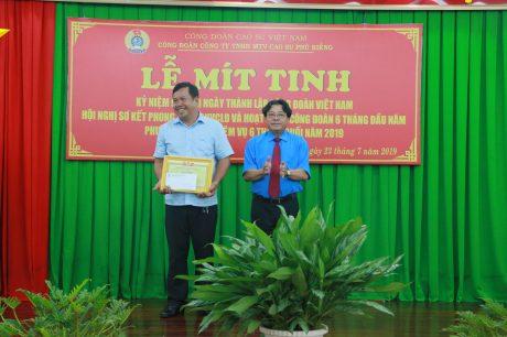 ông Phan Mạnh Hùng – UV BCH Tổng LĐLĐ VN, Chủ tịch Công đoàn CSVN tặng bằng khen cho công nhân tiêu biểu về thực hiện Nghị quyết 6a cho anh Tạ Đình Chính - nhân viên bảo vệ NT 2