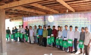 Lãnh đạo CĐ CSVN trao quà cho công nhân.