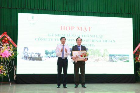 Ông Lê Tuấn Phong – Phó Chủ tịch UBND tỉnh Bình Thuận tặng bằng khen của UBND tỉnh cho Cao su Bình Thuận