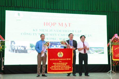 Ông Phan Mạnh Hùng - UV BCH Tổng LĐLĐ VN, Chủ tịch Công đoàn Cao su VN tặng bức trướng cho Cao su Bình Thuận
