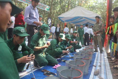 Các thi sinh chuẩn bị cho phần chấm điểm dụng cụ