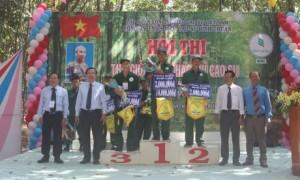Ban lãnh đạo công ty trao giải đồng đội cho các Nông trường