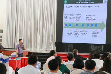 TS Bùi Chính Nghĩa - Vụ trưởng Vụ Phát triển Sản xuất, Phó Chánh Văn phòng Chứng chỉ rừng Việt Nam trình bày tại hội thảo