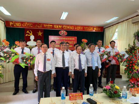 Đồng chí Trần Ngọc Thuận, Bí thư Đảng ủy, Chủ tịch HĐQT VRG tặng hoa chúc mừng Ban Chấp hành Đảng bộ Công ty CPCS Điện Biên khóa II, nhiệm kỳ 2020 – 2025.
