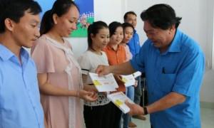 Đồng chí Phan Mạnh Hùng - Chủ tịch Công đoàn Cao su Việt Nam tặng quà Tết cho công nhân
